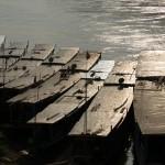 Boote am Mekong. Eine Fahrt über den mächtigen Strom bei Sonnenuntergang mit einem eiskalten BeerLao sollte man sich nicht entgehen lassen...