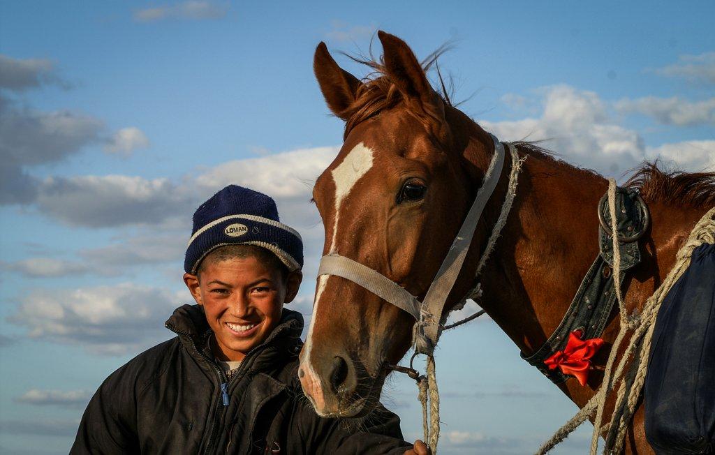 Junger Reiter in der kasachischen Steppe