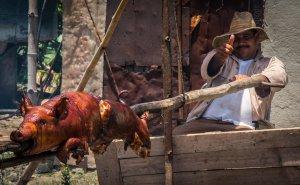 """Schwein am Spieß gegrillt ist die Nationalspeise im sogenannten """"Oriente"""" – dem Osten Kubas. Leider eines der sehr wenigen kulinarischen Highlights dieser Reise (und ich habe wirklich so ziemlich alles probiert, was es auf der Insel gibt.) Dazu aber später mehr…"""